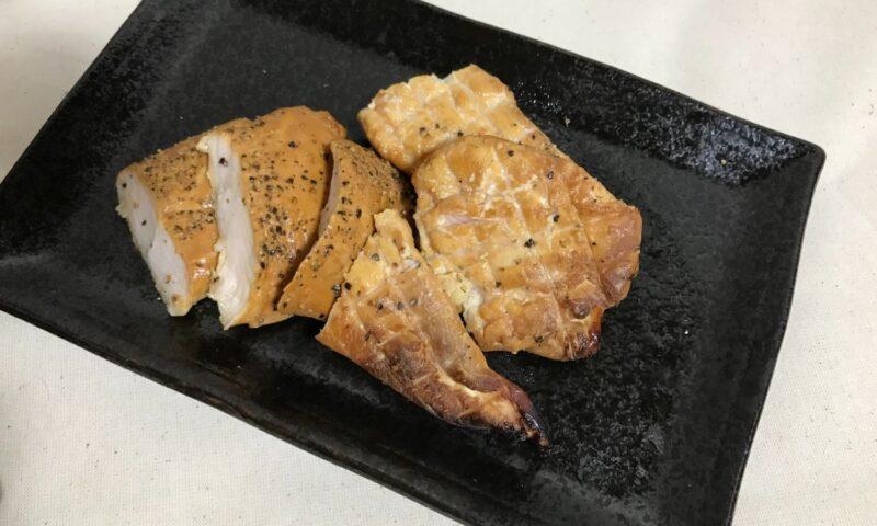 完成した燻製ささみを、切って皿に盛り付けた状態