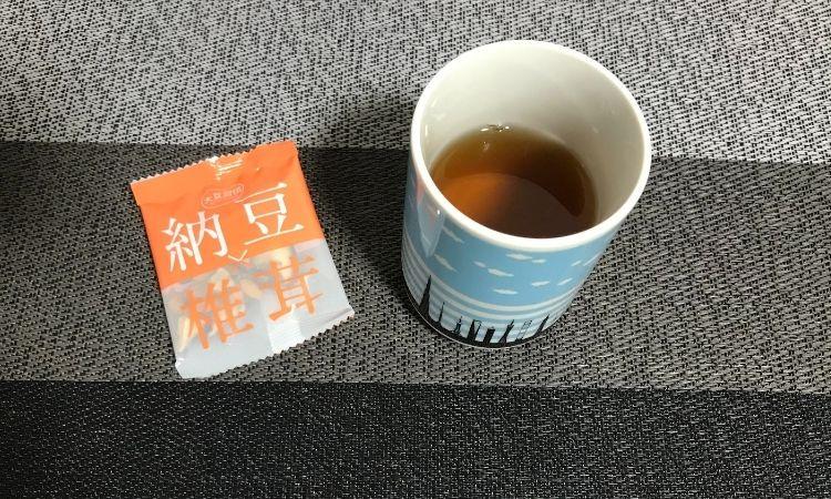 管理人の好きな飲み方。豆菓子と湯飲みに入れられたヒギンス紅茶