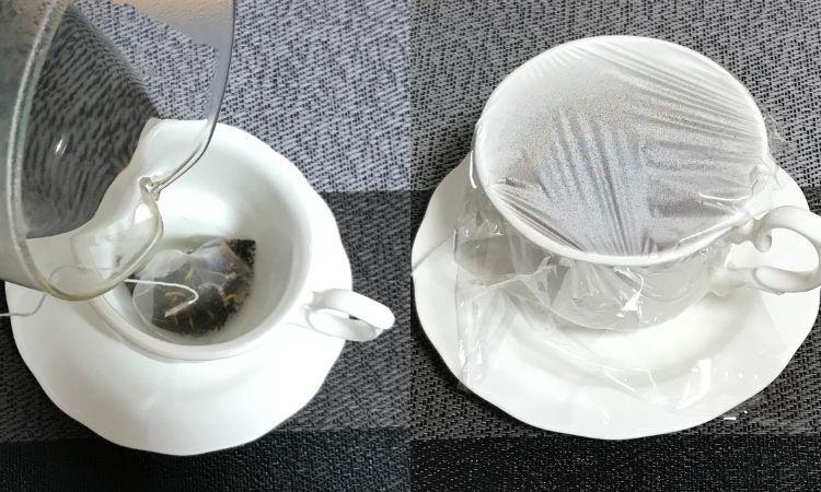 左はカップの中にティーバックが入っている。お湯を注ごうとしている画像。右はサランラップをして蒸らしているティーカップ