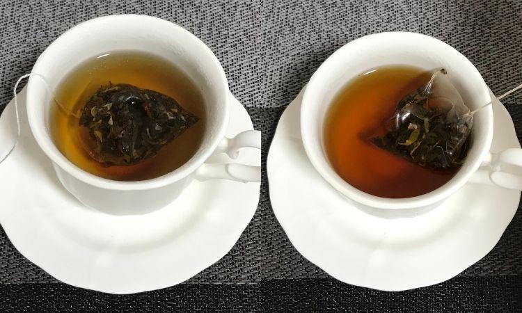 左は蒸らし時間が経過し、サランラップをとったばかりの状態。右はティーバックをカップから引き上げようとしている画像