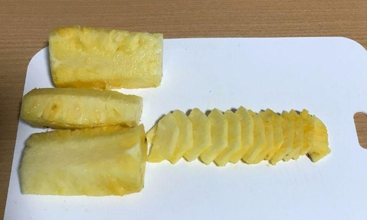 芯をとって、薄切りにしたパイナップル