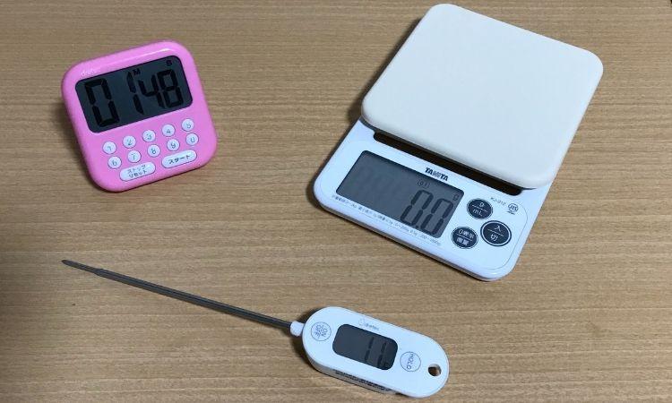 料理が上達する3つの調理道具。左上がキッチンタイマー、右上がキッチンスケール、真ん中が温度計