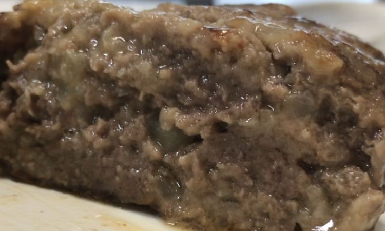 計量して作ったハンバーグの断面。肉汁があふれている。