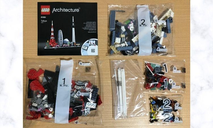 レゴアーキテクチャ東京の中身。説明書と小分けにされた袋にブロックが入っている