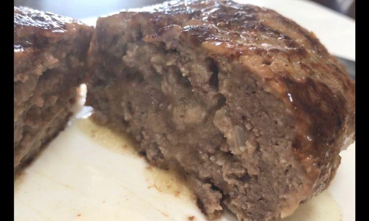 出来上がったハンバーグの切断面のアップ。肉汁がたくさん出てきている。