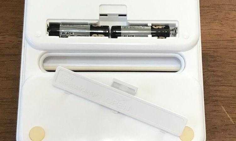 電池カバーを外し、単4乾電池2本が入っている画像