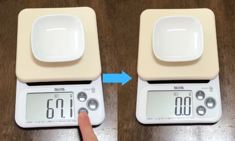 左が計量皿の重さが表示された画像。0表示ボタンを押す所。右がボタンを押して計量皿の重さが差し引かれた画像