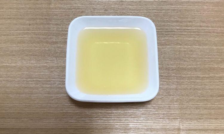 かつおと昆布でとった出汁をお皿に注いだ画像