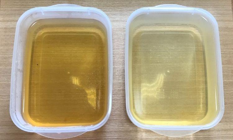 左はストレーナーでとった1回目の出汁。右は出し殻を利用してとった出汁