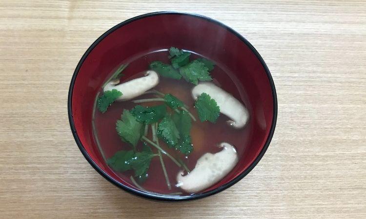 出汁と椎茸、三つ葉、人参のお吸い物
