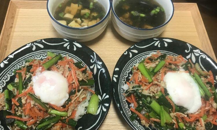 KitOisix:主菜「ジューシそぼろと野菜のビビンバ」副菜「小ネギとのり、豆腐の韓国風スープ」2人前をお皿に盛り付けた画像