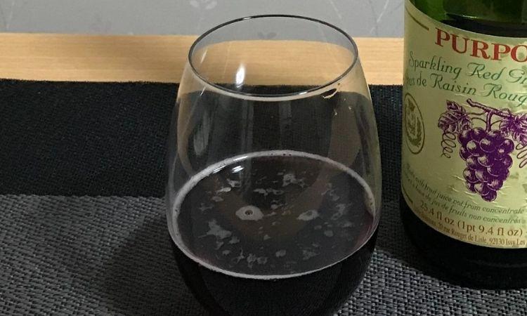 グラスに注いだピュアポムスパークリングジュース