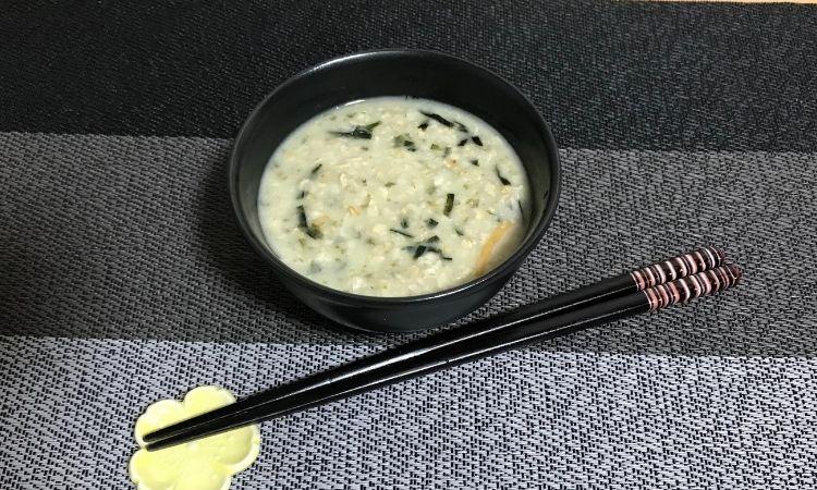 お茶漬けdeオートミールの盛り付け画像。箸が添えられている