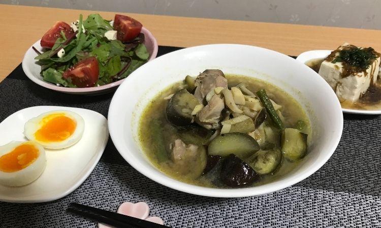 ココナッツウォーターを使用したグリーンカレーや、サラダ、ゆで卵などがお皿にもりつけられている